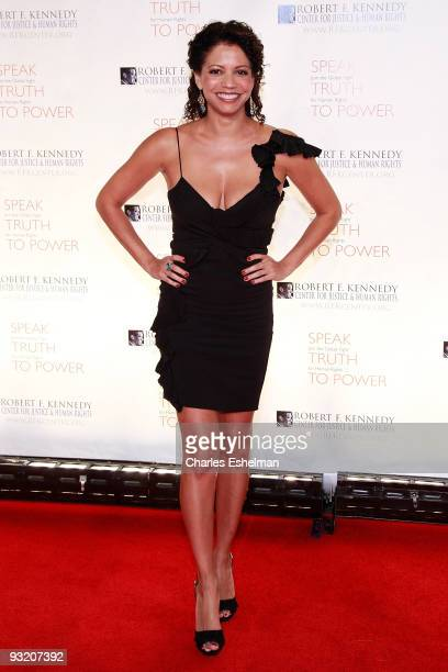 Singer/actress Gloria ReubenSinger attends the RFK Center Ripple of Hope Awards dinner at Pier Sixty at Chelsea Piers on November 18 2009 in New York...