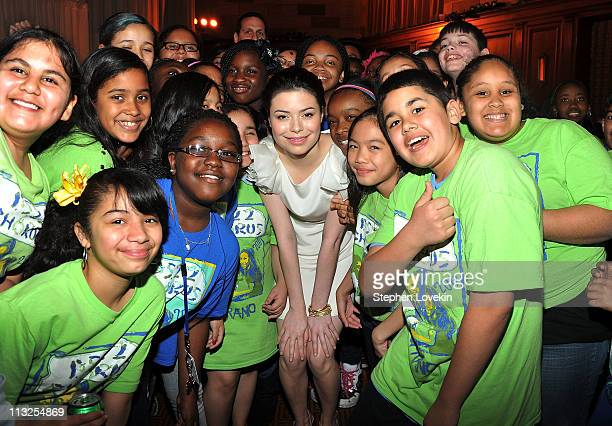 Singer/actress Miranda Cosgrove poses with the PS 22 Chorus at the 7th Annual Common Sense Media Awards honoring Bill Clinton at Gotham Hall on April...