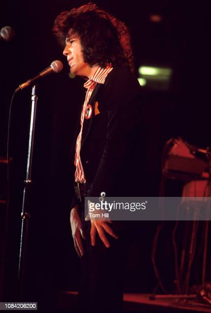 Singerfrontman Alex Harvey performs with The Sensational Alex Harvey Band at the Macon Coliseum on August 17 1975 in Macon Georgia