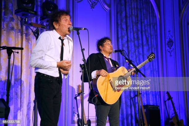 Singers Alain Souchon and Laurent Voulzy perform during the 'Vaincre Le Cancer' Gala 30th Anniverary at Cercle de l'Union Interalliee on May 17 2017...
