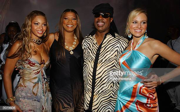 Singers Beyonce Queen Latifah Stevie Wonder and Jewel poses backstage at the VH1 Divas Duets a concert to benefit the VH1 Save the Music Foundation...