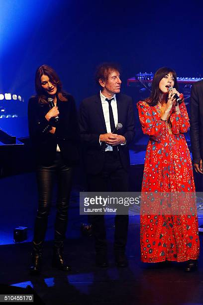 Singers Carla BruniSarkozy Alain Souchon and Nolwenn Leroy perform during '2 Generations Chantent Pour La 3 eme' Charity Gala To benefit Alzheimer...