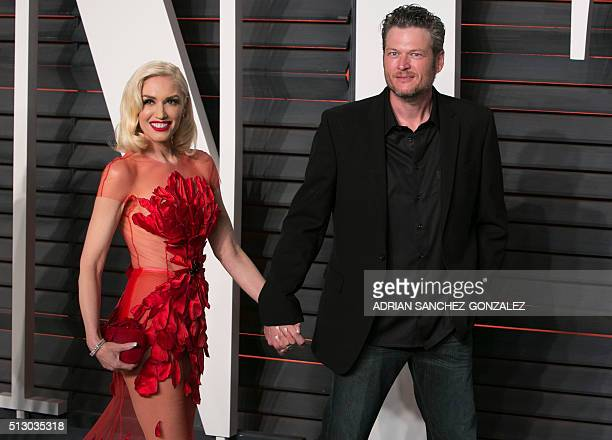 US singers Gwen Stefani and Blake Shelton arrive to the 2016 Vanity Fair Oscar Party in Beverly Hills California on February 28 2016 / AFP / ADRIAN...