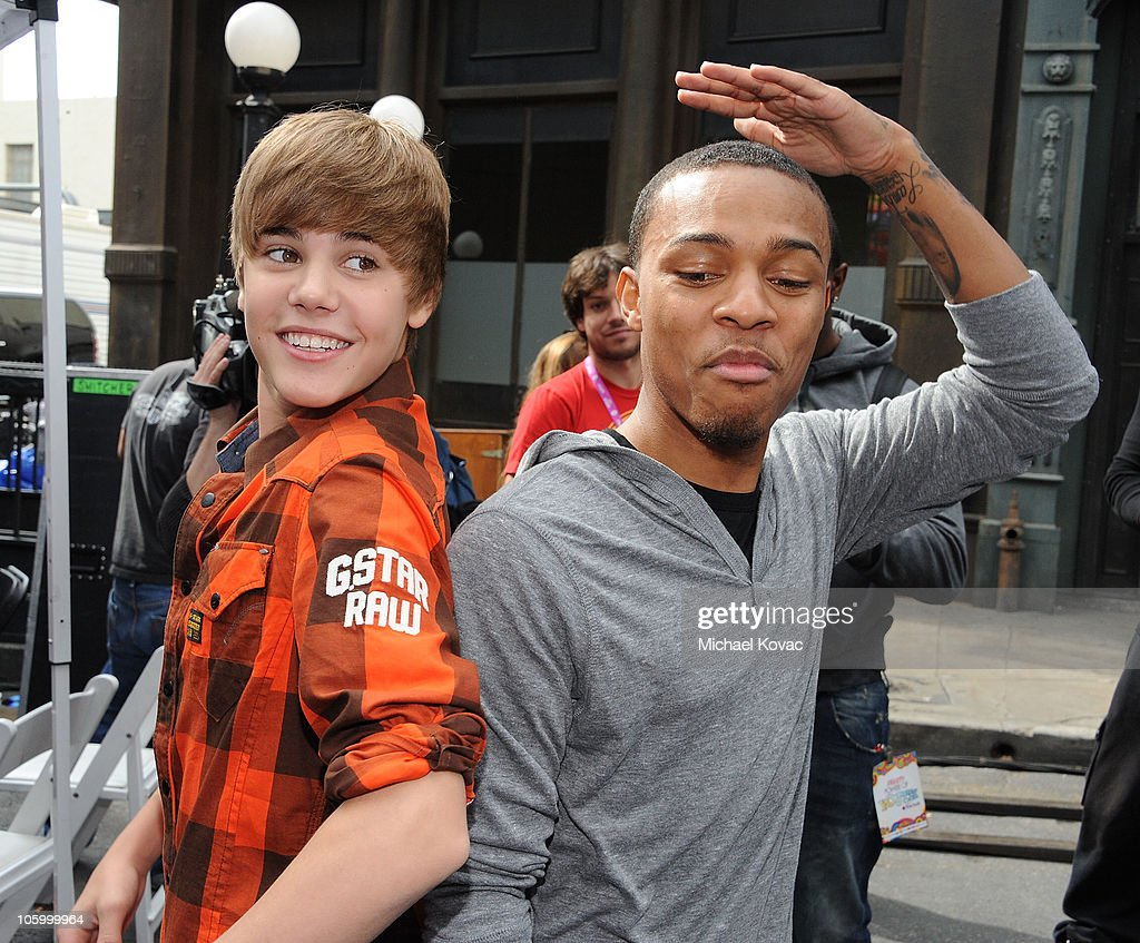 Singers Justin Bieber and Bow Wow compare their height at