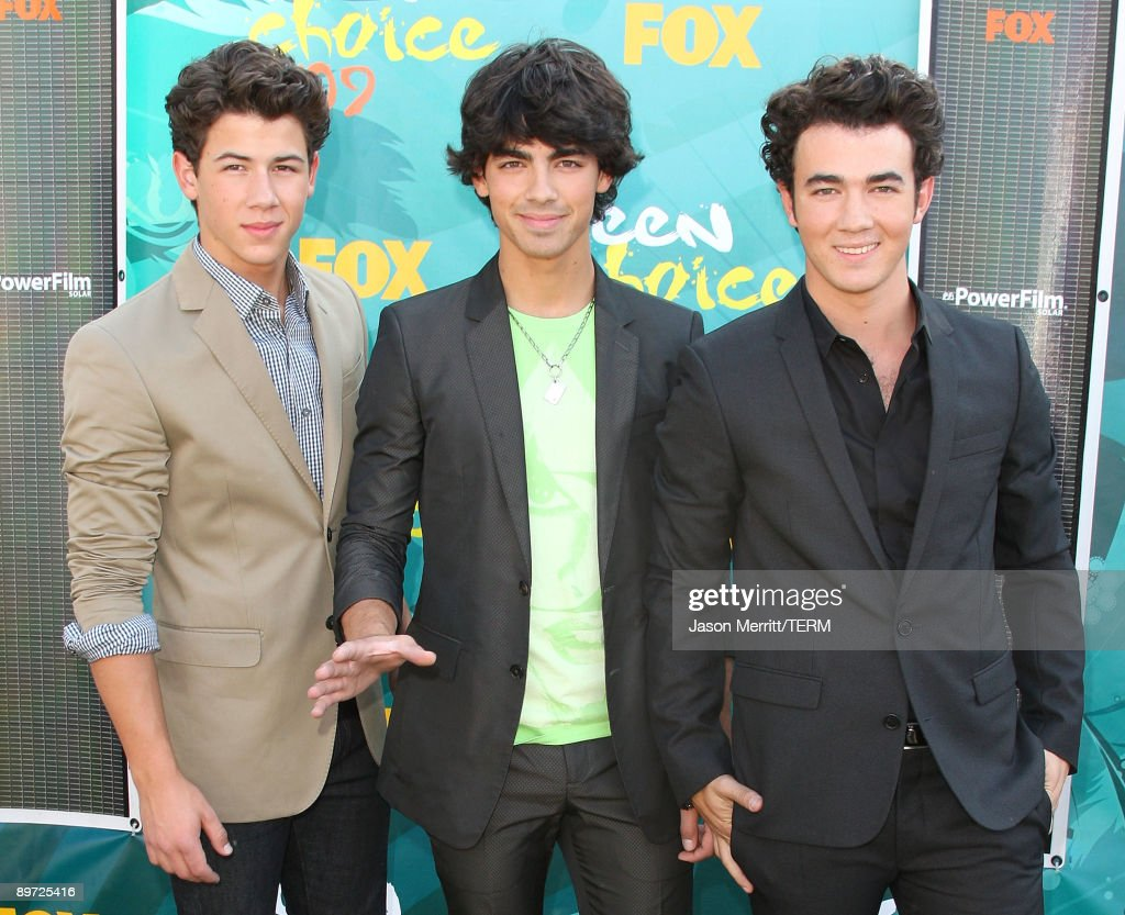 Singers Nick Jonas, Joe Jonas and Kevin Jonas of The Jonas Brothers arrive at the 2009 Teen Choice Awards held at Gibson Amphitheatre on August 9, 2009 in Universal City, California.