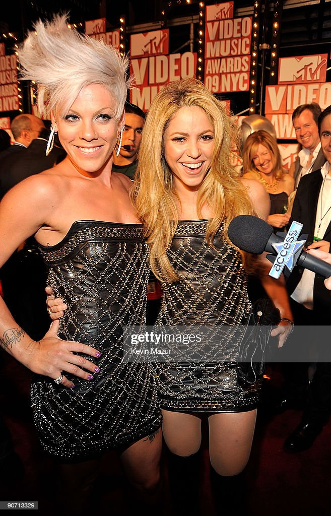Singers Pink and Shakira attend the 2009 MTV Video Music Awards at Radio City Music Hall on September 13, 2009 in New York City.
