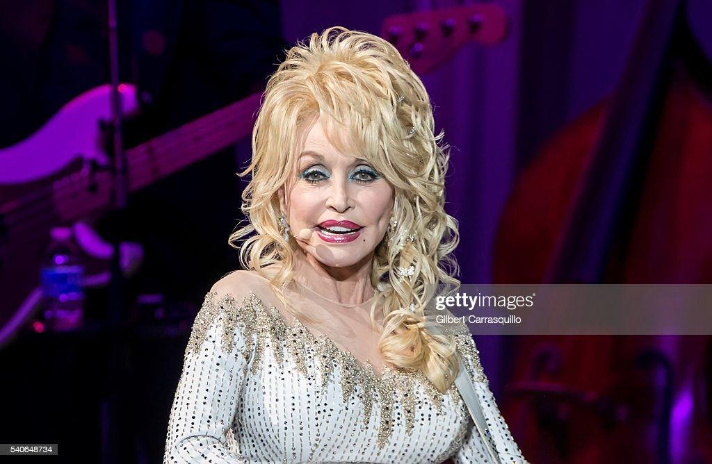 Dolly Parton In Concert - Philadelphia, Pennsylvania : News Photo