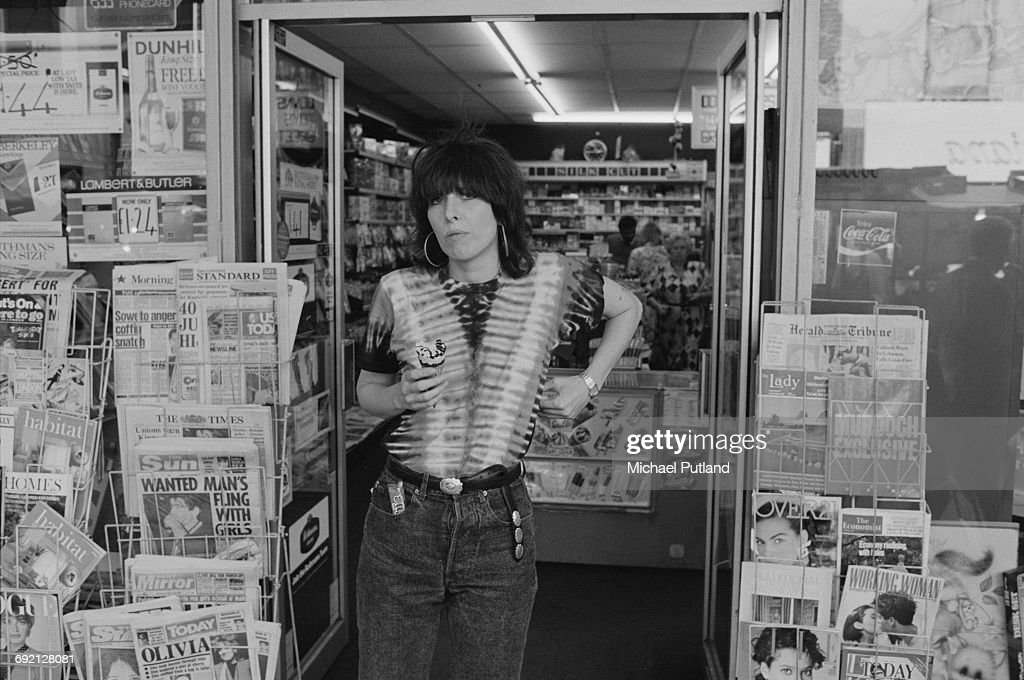 Singer-songwriter and guitarist Chrissie Hynde of American rock group The Pretenders, holding an ice cream she has just bought in a London newsagent's, September 1986.