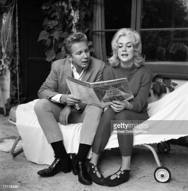 Singer/songwriter Jackie DeShannon poses for a portrait session at home with actor Kenny Miller in circa 1964 in Los Angeles California