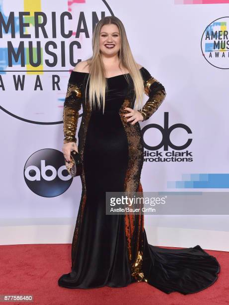 Singersongwriter Kelly Clarkson arrives at the 2017 American Music Awards at Microsoft Theater on November 19 2017 in Los Angeles California