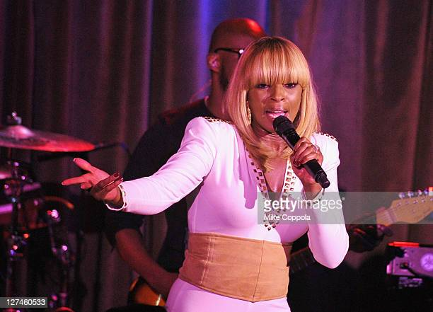 Singer/songwriter Mary J Blige performs at the Paper Magazine 2011 Nightlife awards at Hiro Ballroom at The Maritime Hotel on September 27 2011 in...