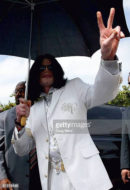 Singer/songwriter Michael Jackson give the peace sign to fans and media as he leaves the court house on September 17 2004 in Santa Maria California