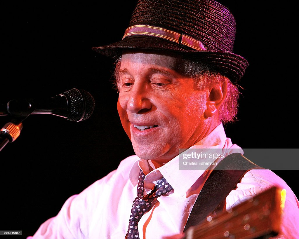 Singer/songwriter Paul Simon performs at the 2009 Children's Health Fund benefit at the Sheraton New York Hotel & Towers on May 27, 2009 in New York City.