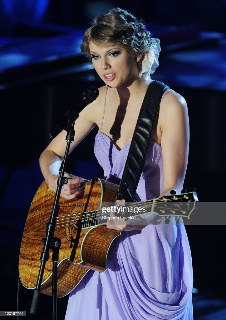 Singer/songwriter Taylor Swift performs at the 41st annual Songwriters Hall of Fame at The New York Marriott Marquis on June 17, 2010 in New York City.