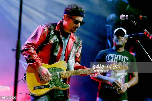 Singersongwriters Brad Paisley and Darius Rucker perform onstage during Nashville '80s Dance Party benefiting The Alzheimer's Association at Wild...