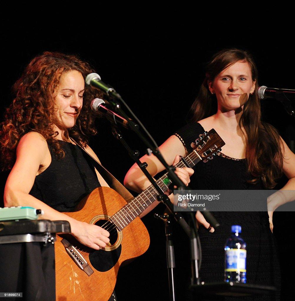 New York absolut stilvoll letzter Rabatt Singers/Songwriters Robin Aigner and Annie Crane perform ...