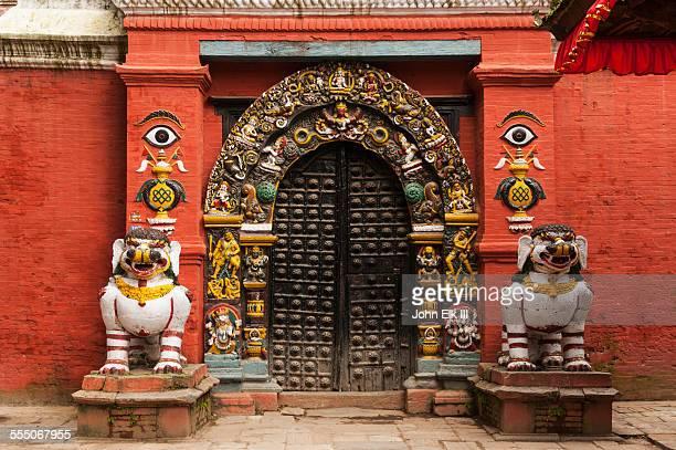 singh dhoka (lion gate) - カトマンズ ダルバール広場 ストックフォトと画像