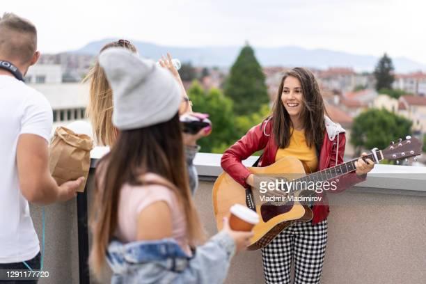 cantando e tocando guitarra com amigos - patio de colegio - fotografias e filmes do acervo