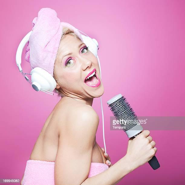 Singen im Badezimmer mit Haar brush_Humor