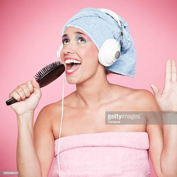chanter dans la salle de bains avec une coiffure brush_humour - chanter photos et images de collection