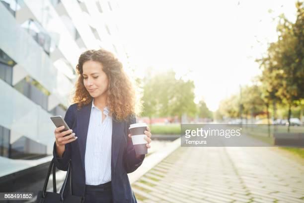 mujer de negocios solo desplazamientos, en movimiento. - mobility fotografías e imágenes de stock