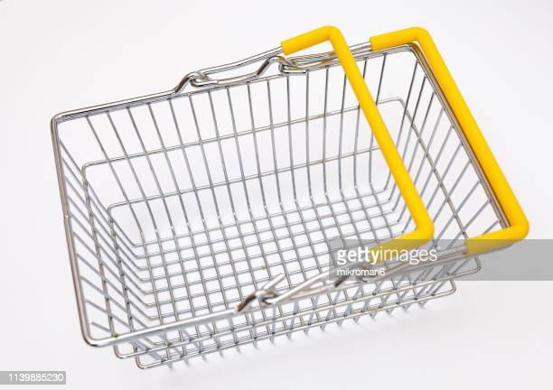single empty shopping basket - mercado espaço de venda no varejo - fotografias e filmes do acervo