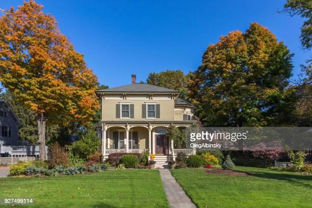 solo casa de familia con tablilla beige exterior y árboles en colores del otoño (follaje) en rhinebeck, valle de hudson, nueva york. - culebrilla enfermedad fotografías e imágenes de stock