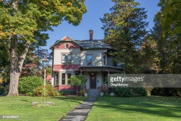 solo casa de familia con árboles de colores del otoño (follaje) en rhinebeck, valle de hudson, nueva york y el exterior blanco y rosa. - culebrilla enfermedad fotografías e imágenes de stock