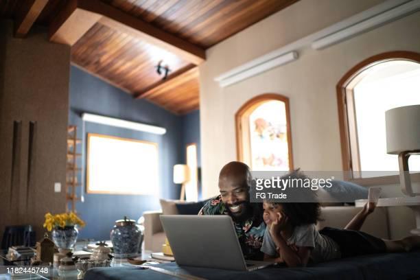 enkele vader wacthing film op een laptop met zijn dochter - color out of space 2019 film stockfoto's en -beelden