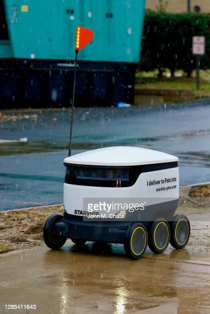 robot de livraison de nourriture simple dans la neige, université george mason - véhicule terrestre sans pilote photos et images de collection