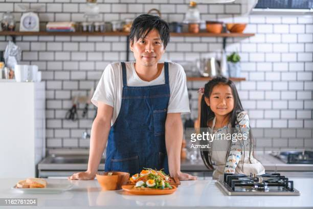 昼食を用意した日本人の父と娘 - preparing food ストックフォトと画像