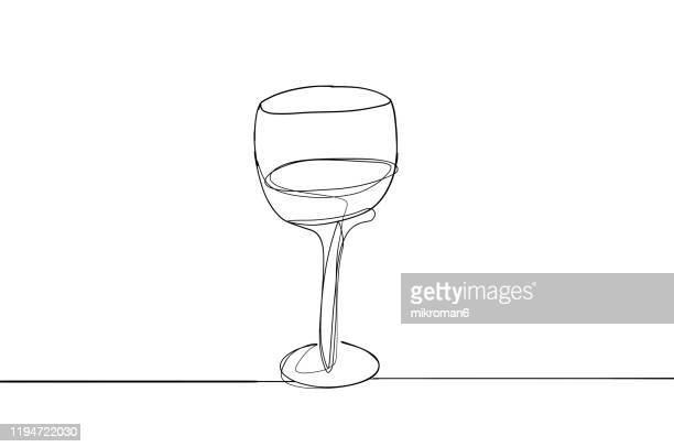 single line drawing of a wine glass - lineart stock-fotos und bilder