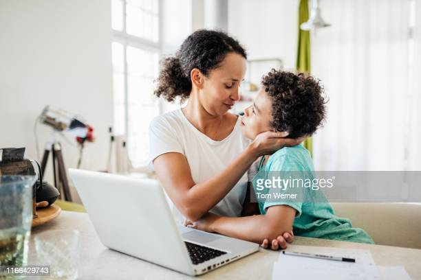 single mom being affectionate with young son - aanhankelijk stockfoto's en -beelden