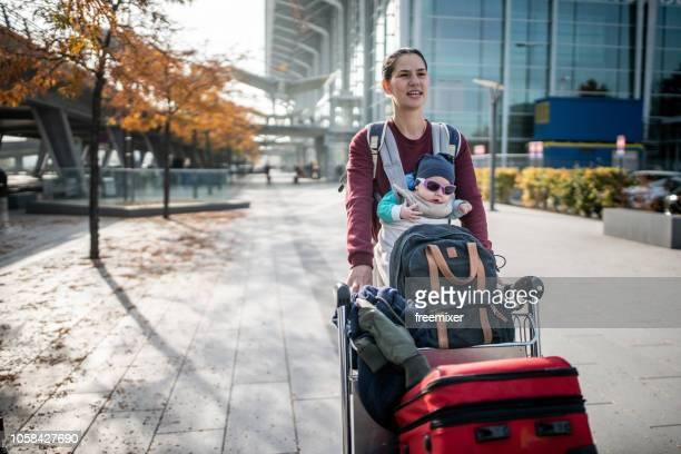 madre soltera y el bebé viajan - madre soltera fotografías e imágenes de stock