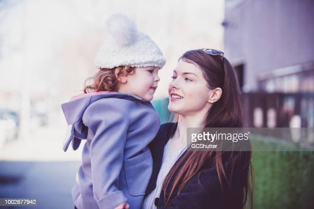 Mère célibataire à un endroit en plein air avec sa fille