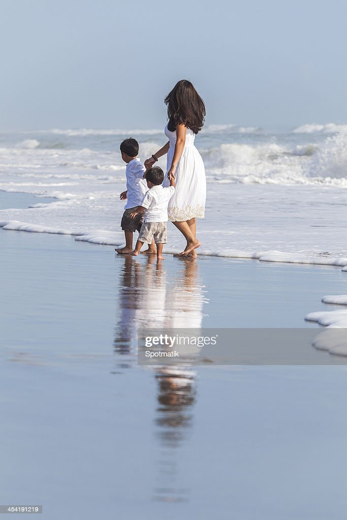 Madre soltera & Boy niños la familia en la playa : Foto de stock