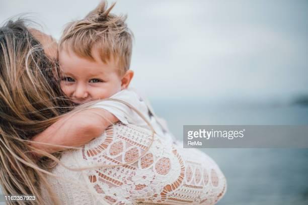 alleinerziehende mutter macht urlaub mit ihrem sohn - familie mit einem kind stock-fotos und bilder