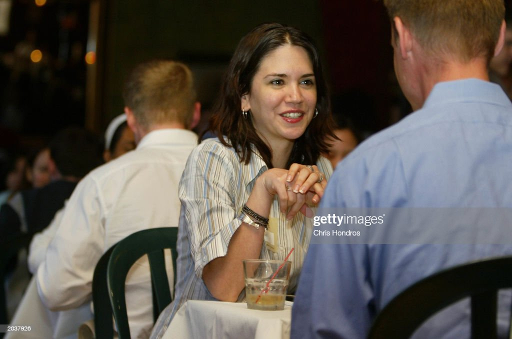New York Singles Socialize During Speed Dating Sessions : News Photo