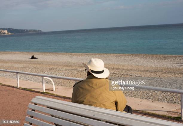 single senior man on bench by the sea - lyn holly coorg photos et images de collection