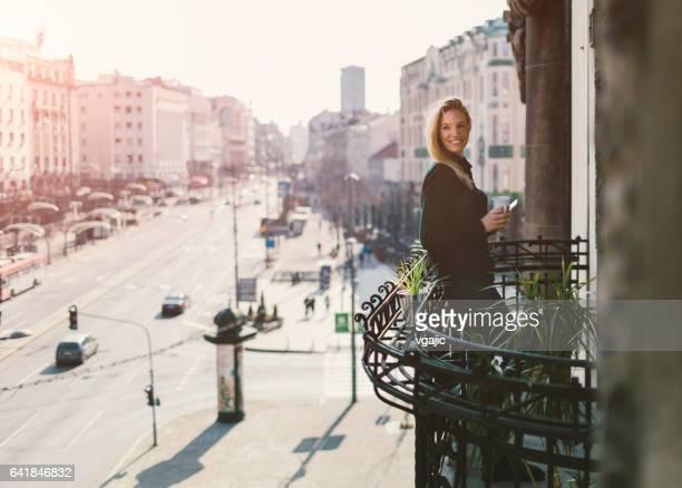 Femme seule sur le balcon de l'hôtel
