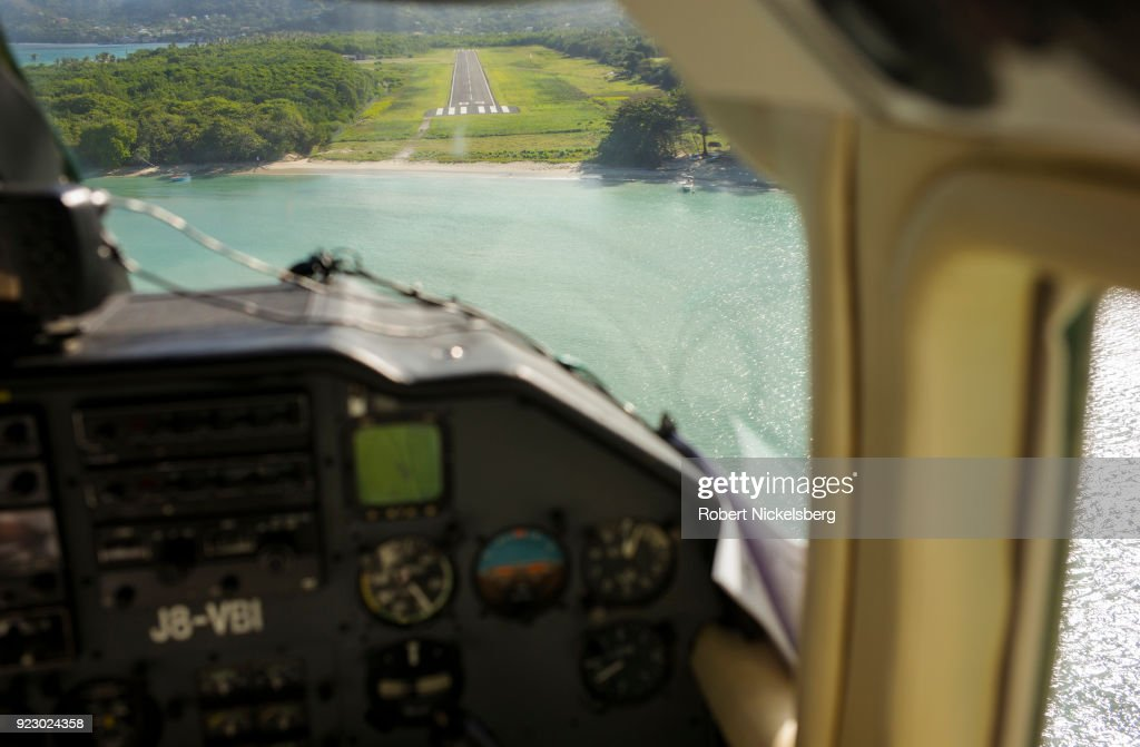 Flight Arrival In Carriacou : Fotografía de noticias