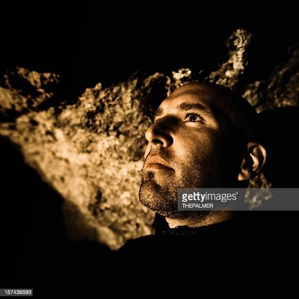 不吉男性内洞窟 - クリプト ストックフォトと画像
