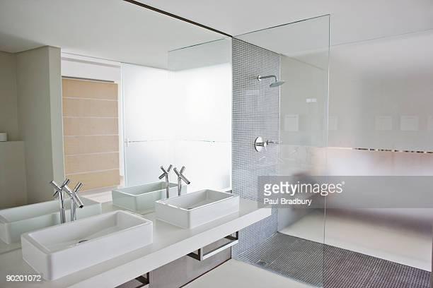 Waschbecken und Dusche im Badezimmer des modernen home