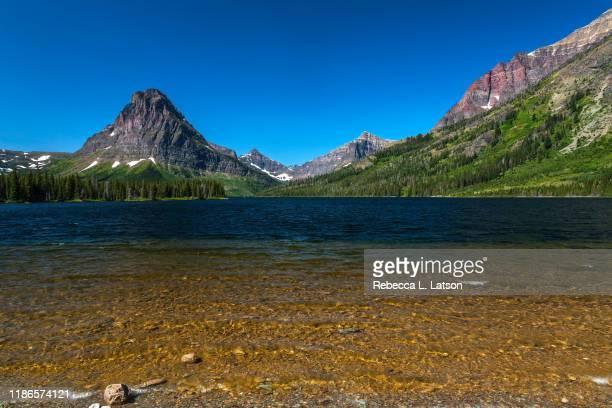 sinopah mountain and two medicine lake - montanha sinopah - fotografias e filmes do acervo