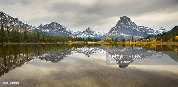 sinopah mountain, glacier national park - montanha sinopah - fotografias e filmes do acervo