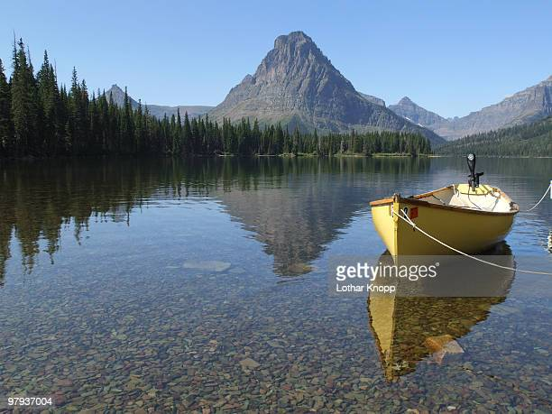 sinopah reflection - two medicine lake montana stock-fotos und bilder