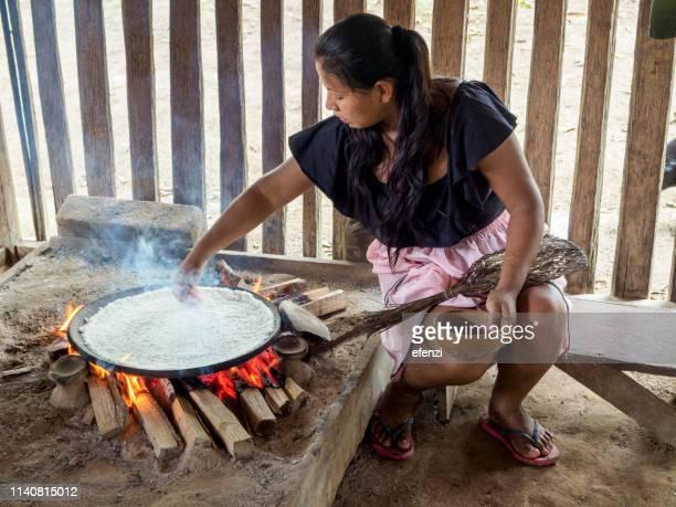 siona woman baking bread from yucca - ecoturismo foto e immagini stock