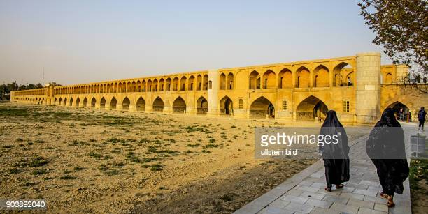 Siose Pol Bruecke 33BogenBruecke Isfahan Esfahan Iran IRN Islamische Republik Iran Gottesstaat Persien Vorderasien Schiiten Islam Muslime...