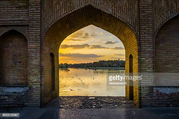 si-o-seh bridge , esfahan, iran - ザーヤンド川 ストックフォトと画像