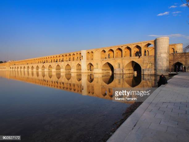 si-o-se-pol bridge reflected in zayandeh river in the historic city of isfahan, iran - ザーヤンド川 ストックフォトと画像